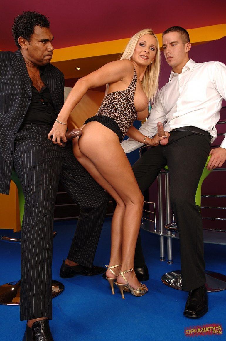 Блондинка расстегнула ширинки у двух мужиков и взяла в руки по члену