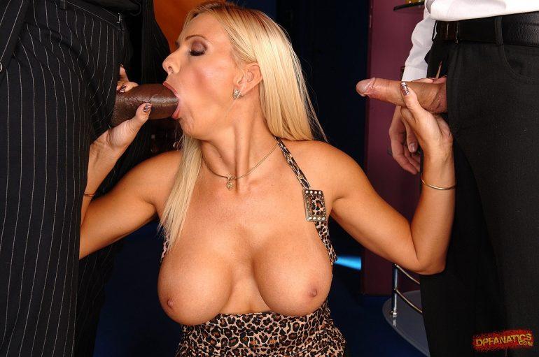 Блондинка сосёт у негра толстенный хер
