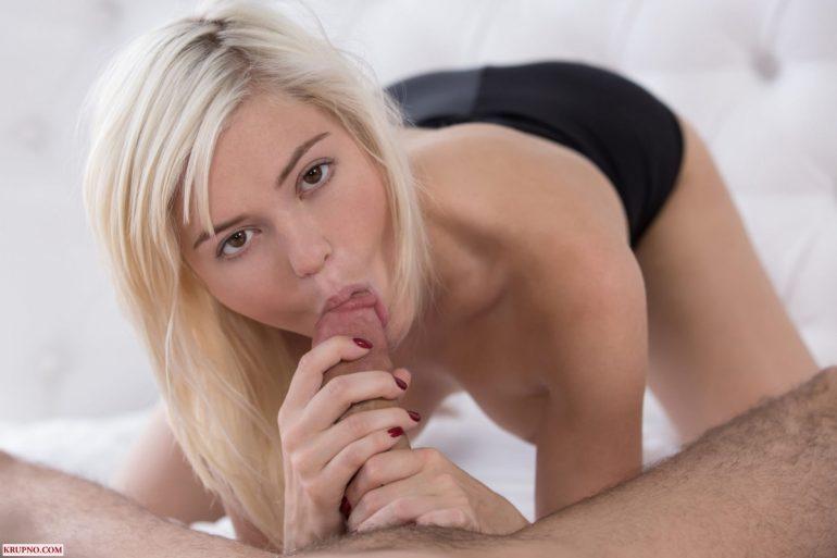 Блондиночка сосёт головку полового члена у James Deen