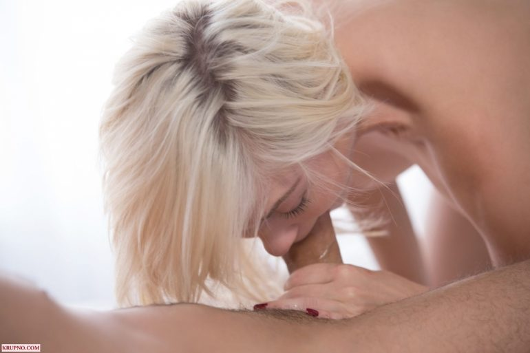 Блондиночка сосёт у James Deen