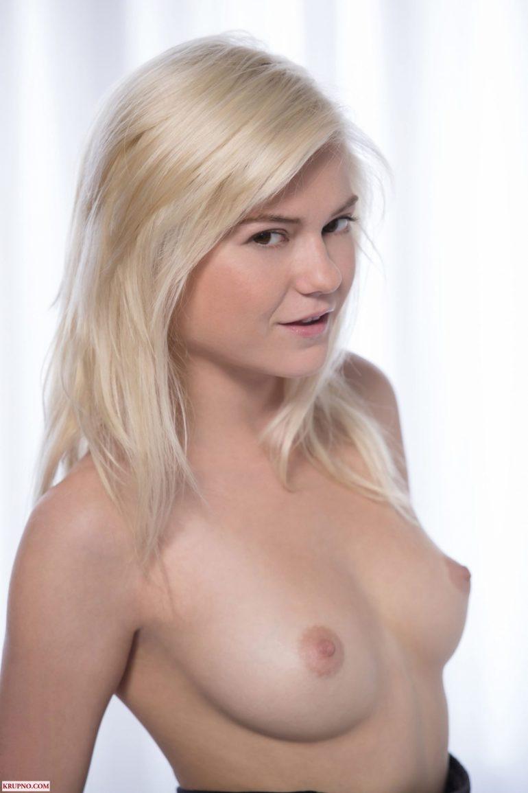 Блондиночка с аппетитной грудью