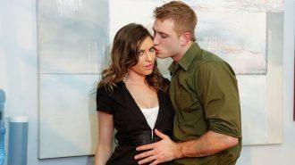 Молодой человек обнимает и целует красивую девушку