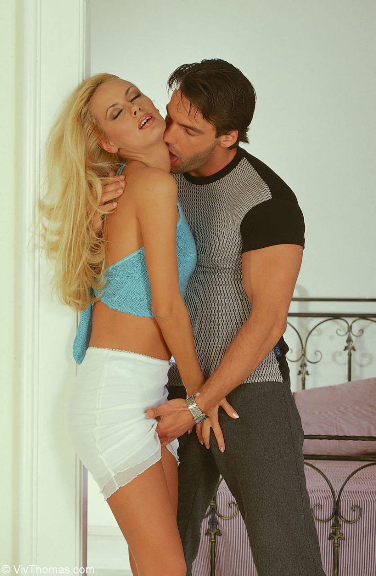Мужчина целует блондинку и щупает её за письку