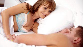 Новобрачные любуются друг другом проснувшись утром
