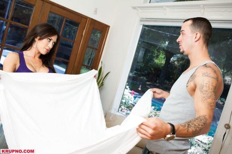Парень с девушкой накрывают на стол