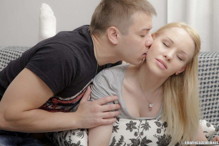 Парень целует натуральную блондинку