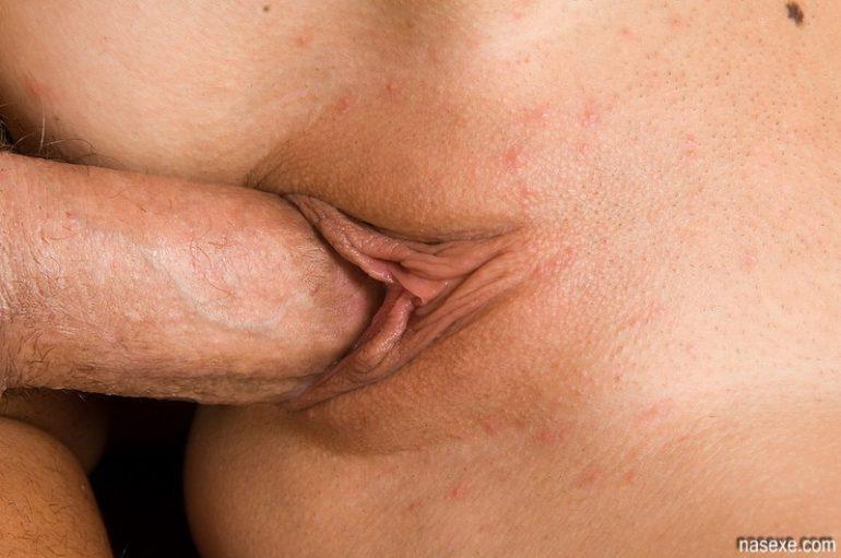 Половой член в вагине крупным планом