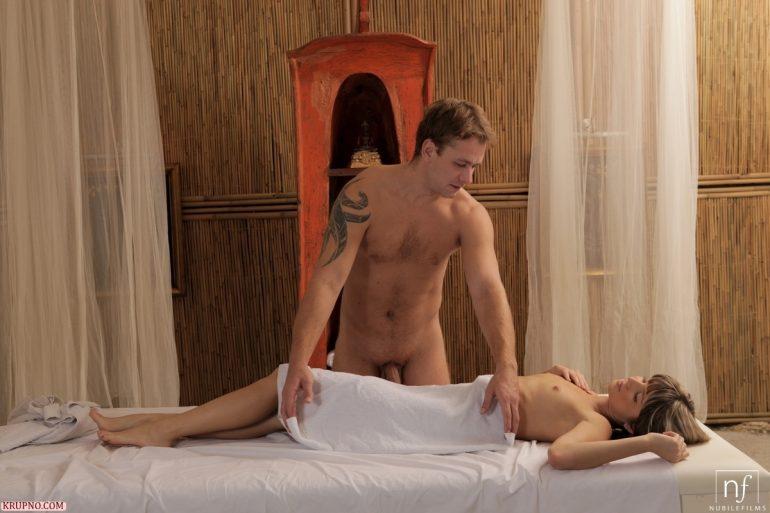 Голые массажист и клиентка