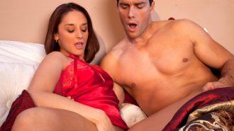 Жена показывает мужу как она мастурбирует
