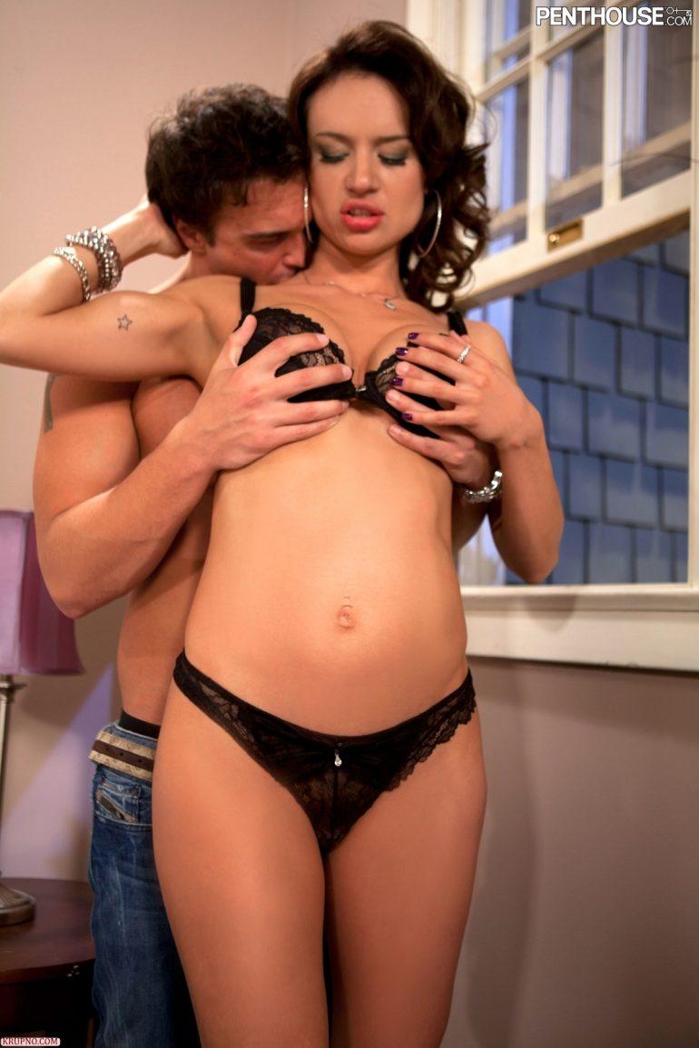 Лапает любовницу за грудь