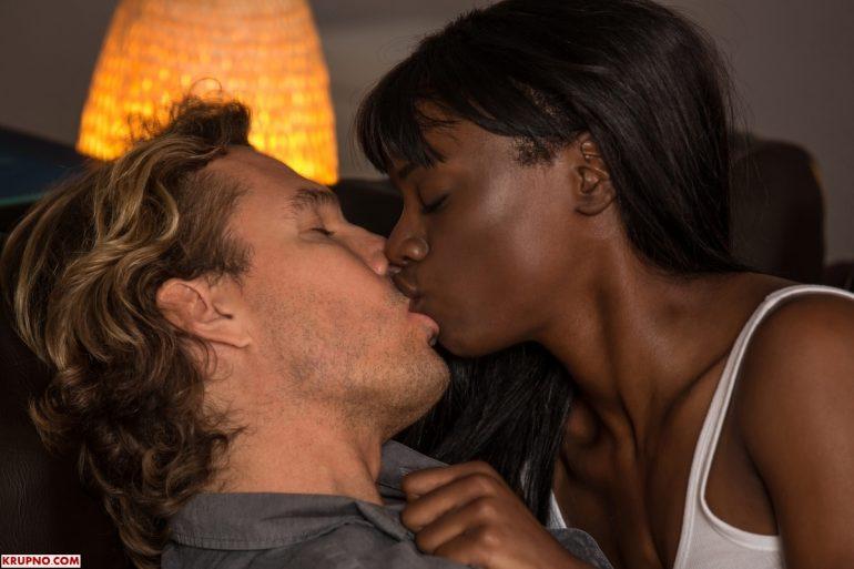 Негритянка целуется взасос с белым