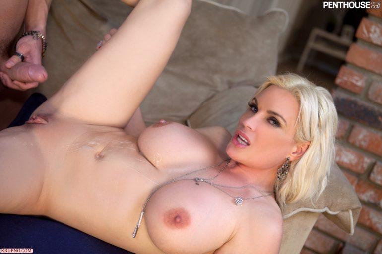 Сисястая блондинка в сперме