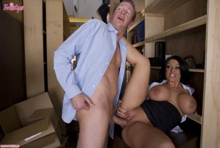 Мужик оглядывается во время секса на складе