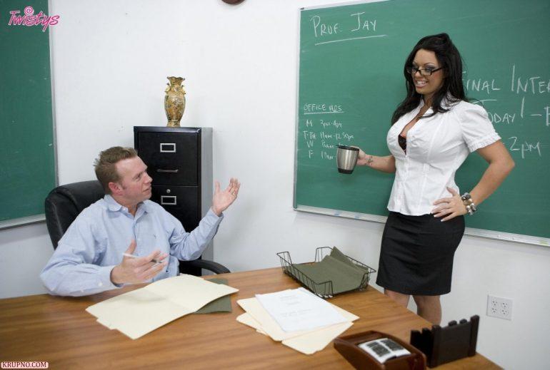 Училка математики принесла чай директору