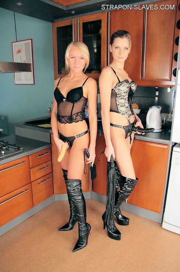 Две девушки со страпонами и плетками